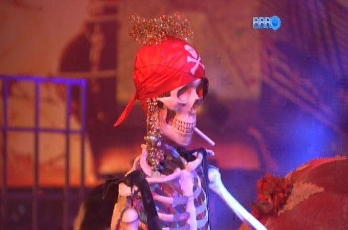 15.fev.2014 - Vestidos a caráter, brothers participam da Festa Pirata; Diego coloca cigarro na boca de esqueleto