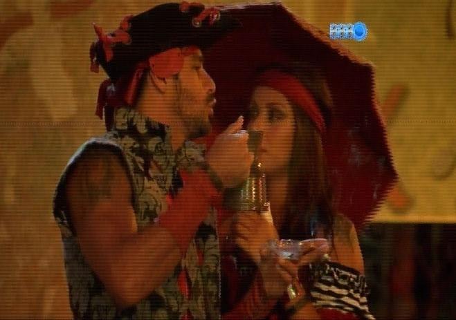 15.fev.2014 - Vestidos a caráter, brothers participam da Festa Pirata; Franciele e Diego tentam conversa após discussão por causa de papel higiênico
