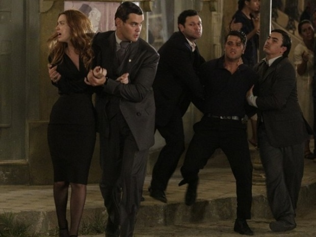 Manfred (Carmo Dalla Vecchia) captura Silvia (Nathalia Dill) e Franz (Bruno Gagliasso)