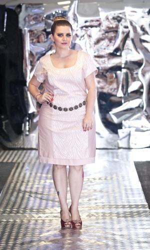 15.fev.2014 - As modelos, com manequins que variam do 46 ao 52, mostraram peças de sete marcas para a coleção de Inverno. Look da marca Cassia Segeti