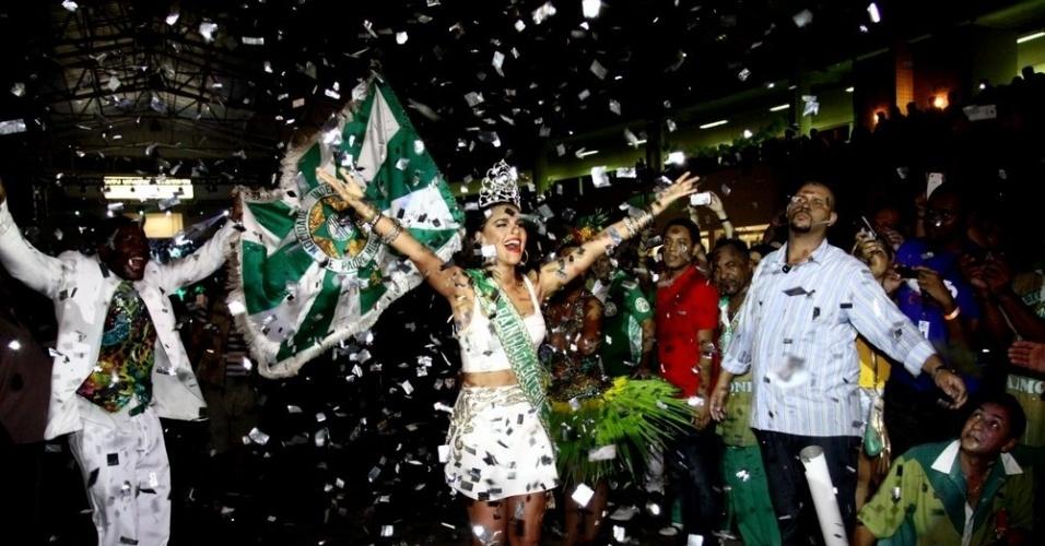 16.fev.2014 - A atriz Mariana Rios comemora coroação como nova rainha da bateria da Mocidade Independente de Padre Miguel, no Rio