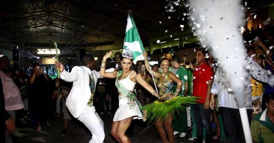 16.fev.2014 - A atriz Mariana Rios samba com mestre sala e porta bandeira após ser coroada nova rainha da bateria da Mocidade Independente de Padre Miguel, no Rio