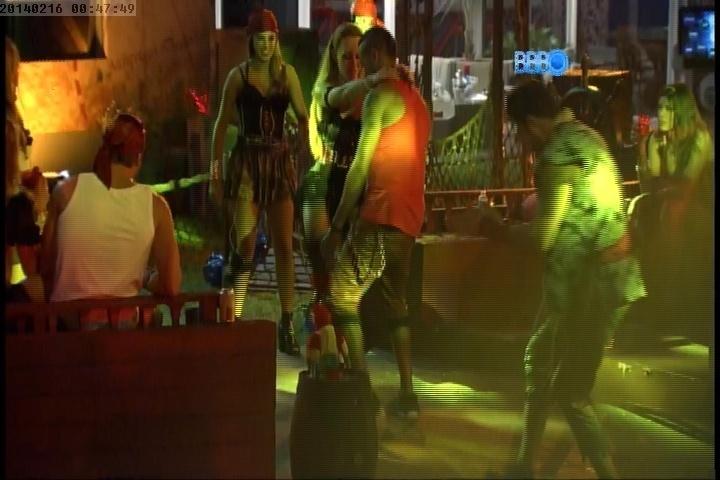16.fev.2014 - Aline faz dança sensual para Valter durante Festa Pirata