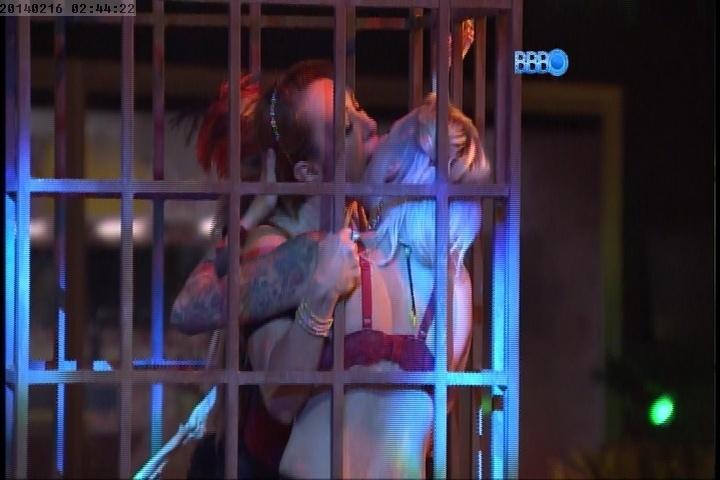 16.fev.2014 - Aline também beijou Clara. Valter e Marcelo ficaram loucos com a cena