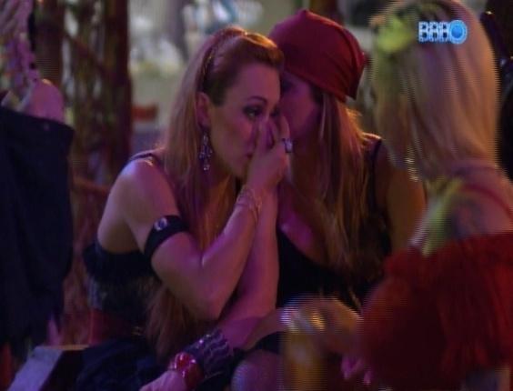 16.fev.2014 - Angela confessa para Aline que está com vontade de cuspir na cara de Letícia