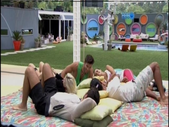 16.fev.2014 - Angela, Valter, Clara, Marcelo e Roni conversam no futon
