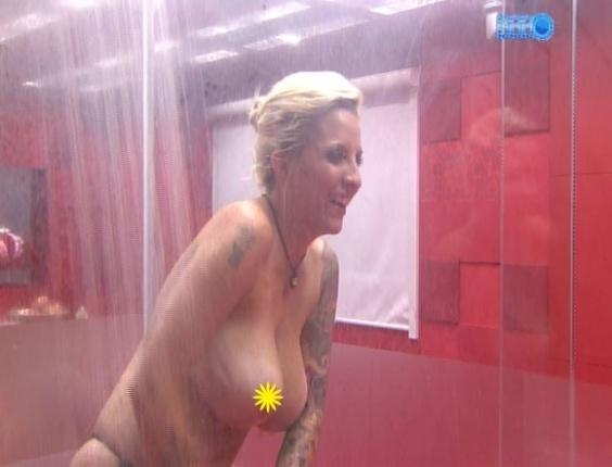 16.fev.2014 - Após dançar muito na Festa Pirata, Clara vai tomar banho e deixa os seios de fora