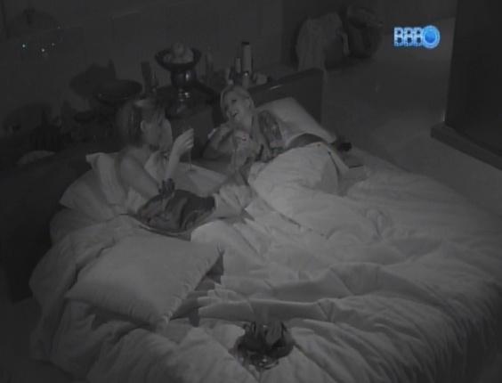 16.fev.2014 - Nuas debaixo do edredom, Clara e Vanessa brindam após noite quente na Festa Pirata