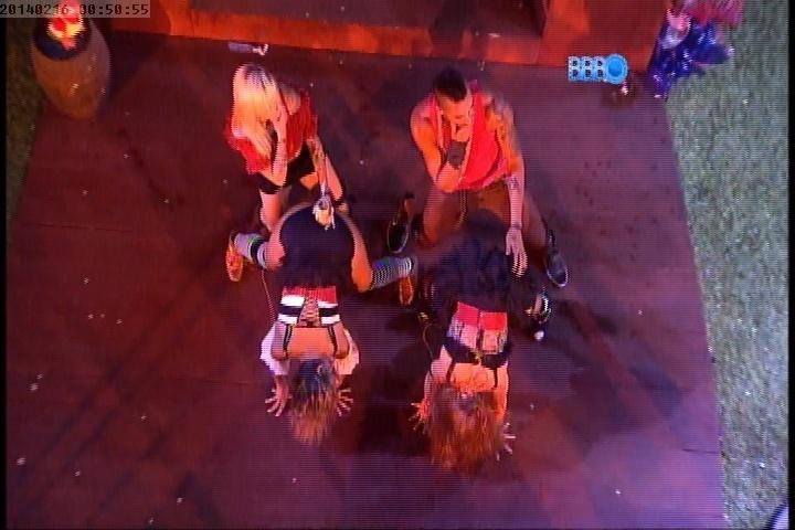 16.fev.2014 - Clara, Vanessa, Valter e Aline sensualizam em festa na madrugada deste domingo