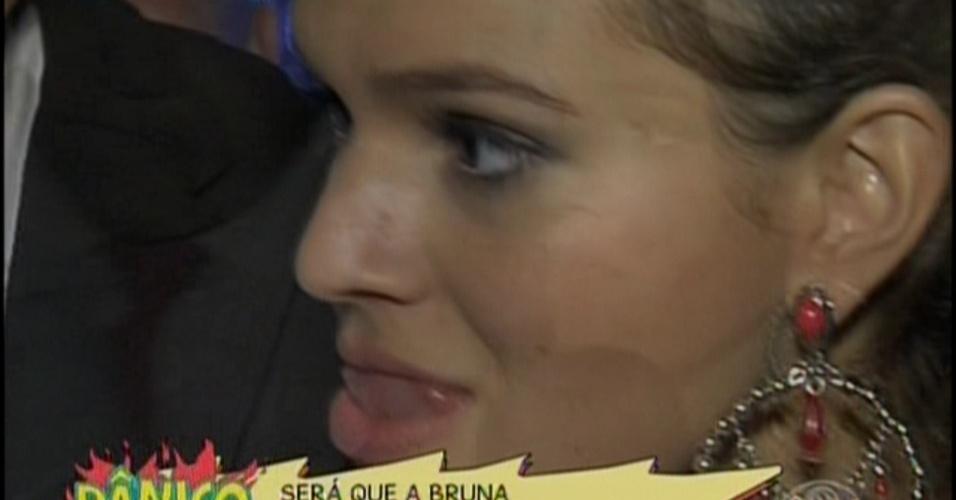 """16.fev.2014 - """"Pânico"""" tenta reconciliar """"Neymar"""" e Bruna Marquezine. Vesgo levou um sósia do craque do Barcelona com um buquê de rosas para a atriz. Bem-humorada, Bruna deu risadas da brincadeira dos humoristas.Com o cenário diferente e quadros novos, o programa """"Pânico na Band"""" começou a sua temporada de 2014, na noite deste domingo (16)"""