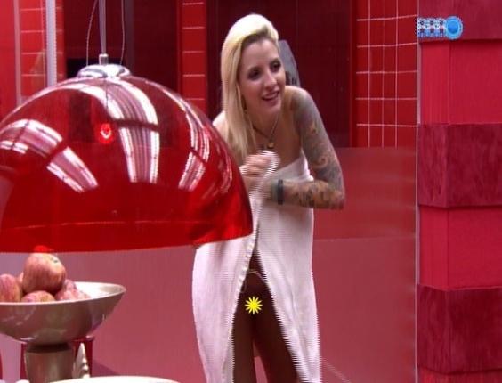 16.fev.2014 - Depois de tomar banho, Clara se descuida e deixa aparecer demais ao ajeitar a toalha