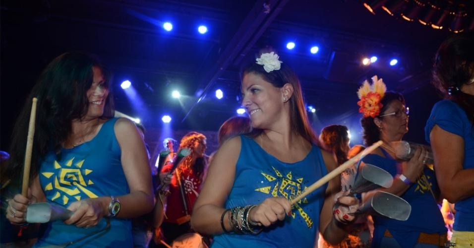 16.fev.2014 - Garotas participam da bateria do bloco