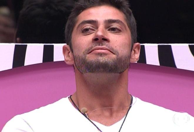 """16.fev.2014 - Marcelo respira fundo e entrega o anjo a Roni, uma pessoa que, segundo ele, """"tem valores semelhantes"""""""