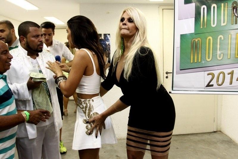 16.fev.2014 - Monique Evans passa a mão no bumbum de Mariana Rios, a quem coroou rainha da bateria da Mocidade Independente de Padre Miguel, no Rio