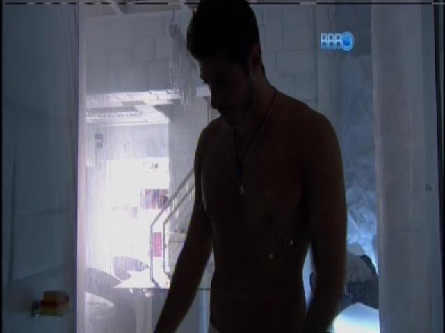 16.fev.2014 - Primeiro a acordar, Marcelo toma banho na Sibéria