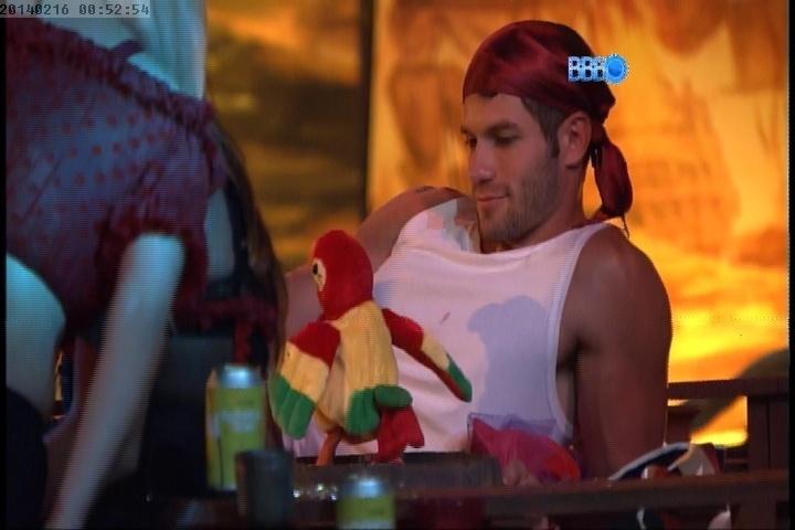 16.fev.2014 - Roni brinca com papagaio de brinquedo que faz parte da decoração da Festa Pirata