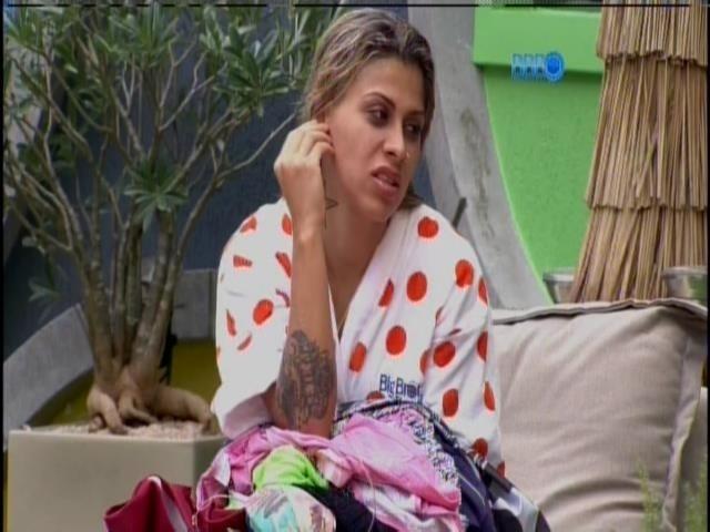 """16.fev.2014 - Vanessa reclama de Roni: """"Esse c* doce que me irrita"""""""