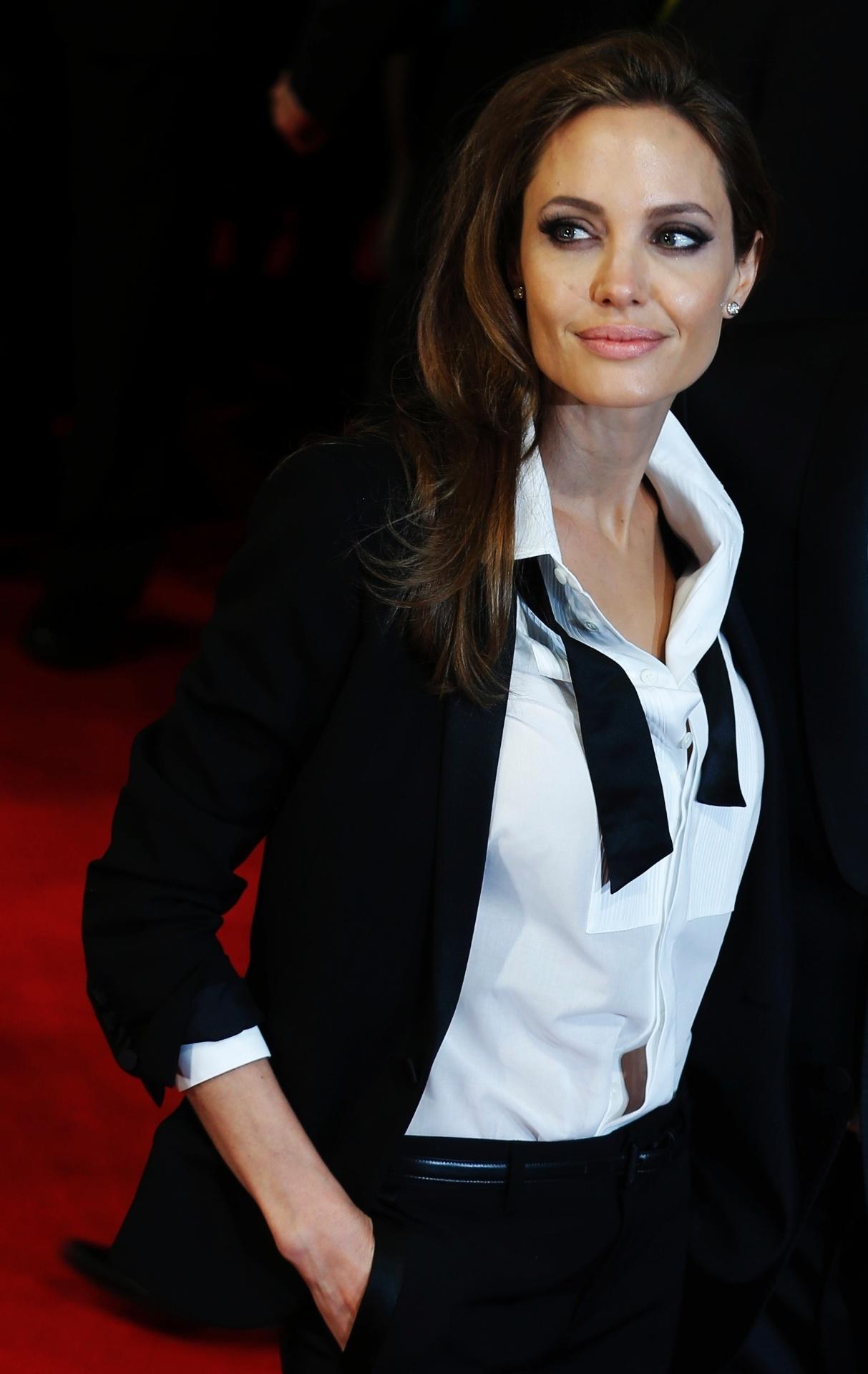 16.fev.2014 - Angelina Jolie no tapete vermelho do BAFTA 2014. A premiação acontece no Royal Opera House, em Londres, na noite deste domingo (16)