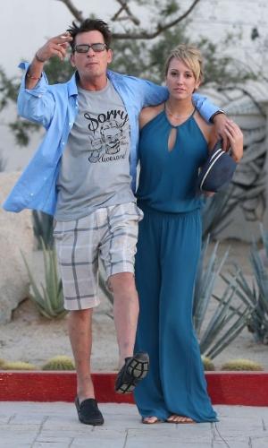 Charlie Sheen acena para fotógrafos ao lado da noiva, a atriz pornô Brett Rossi