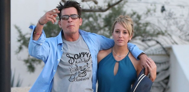Charlie Sheen e Brett Rossi terminaram o relacionamento