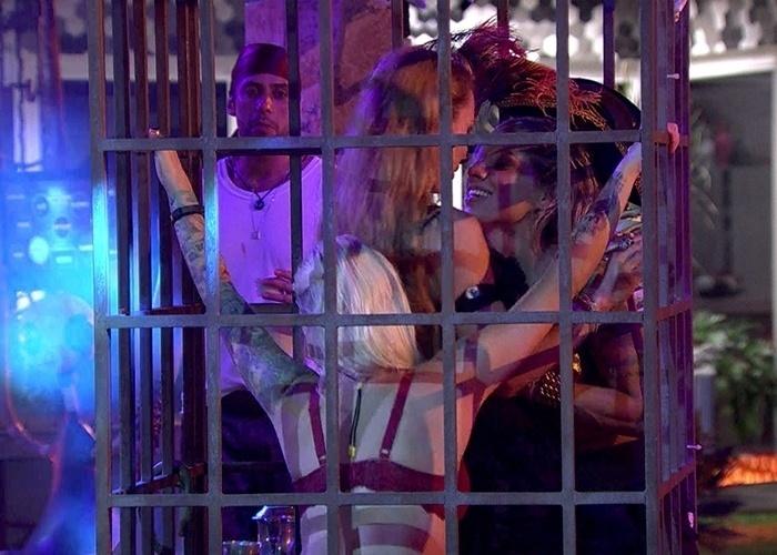 16.fev.2014 - Aline, Vanessa e Clara sensualizam na jaula sob os olhares de Marcelo