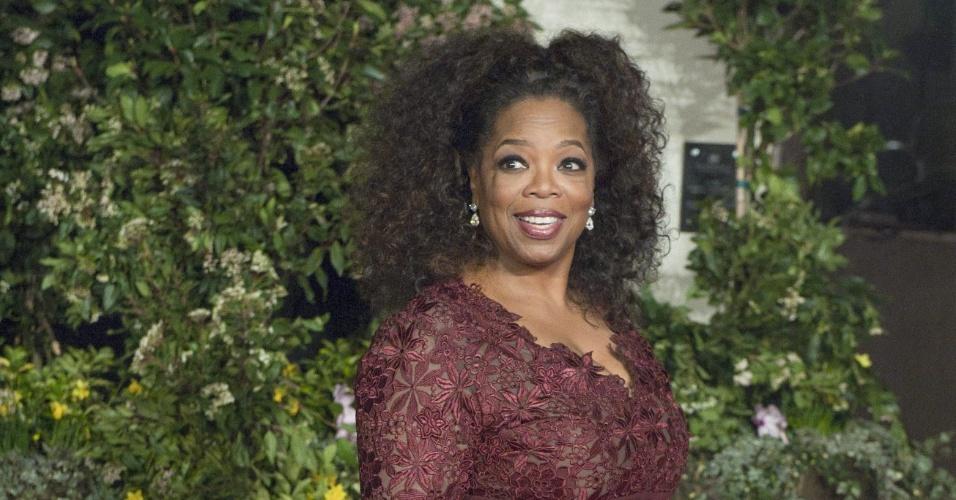 """16.fev.2014 - Oprah Winfrey, concorrendo a melhor atriz coadjuvante por """"O Mordomo da Casa Branca"""", posa no tapete vermelho do Bafta, em Londres"""