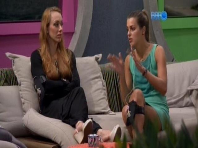 17.fev.2014 - Angela conversa com Aline sobre a formação do paredão