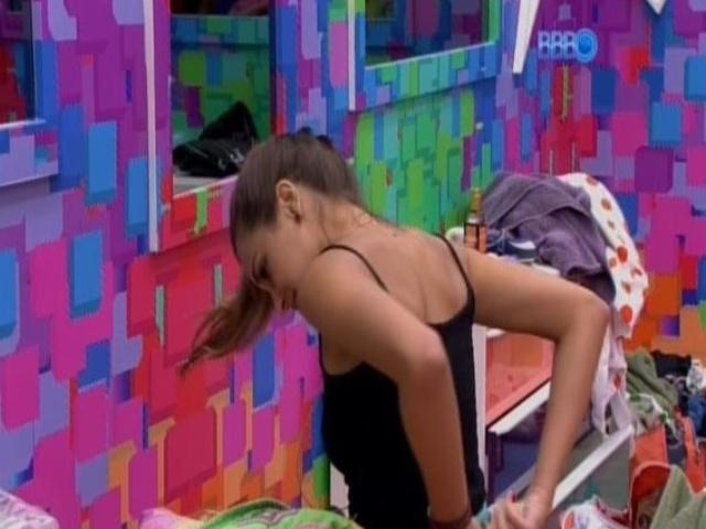 17.fev.2014 - Angela se prepara para dormir