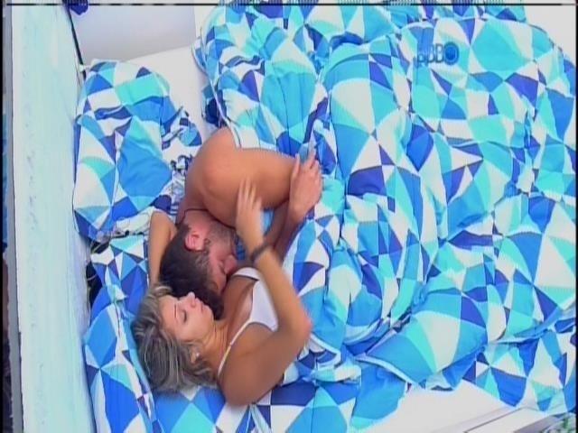 17.fev.2014 - Ao acordar, Tatiele se descuida e mostra parte dos seios