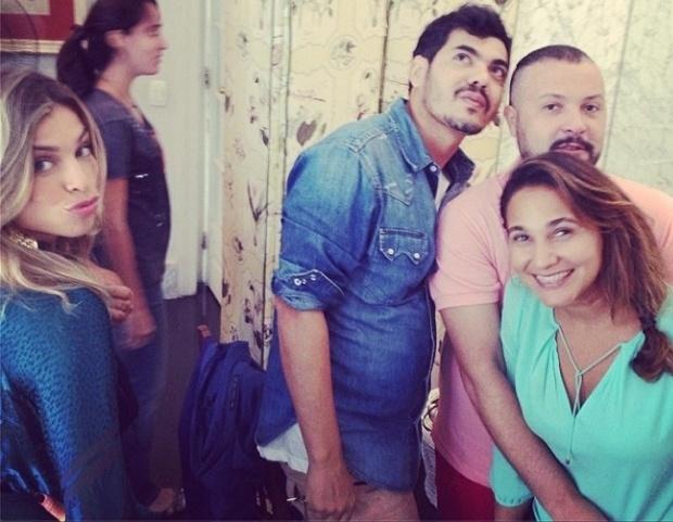 17.fev.2014 - Bem-humorada, Grazi manda beijinho na companhia da equipe do programa. As fotos foram publicadas no site do GNT