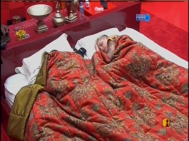 17.fev.2014 - Clara e Vanessa continuam dormindo no quarto do líder