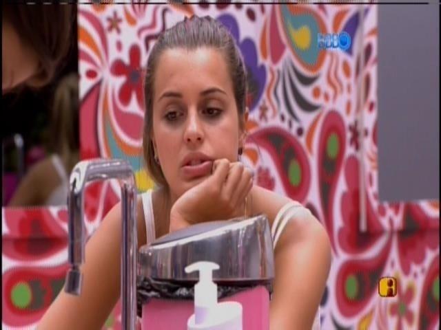 17.fev.2014 - Diego discute com Angela e Fran pela divisão de comida