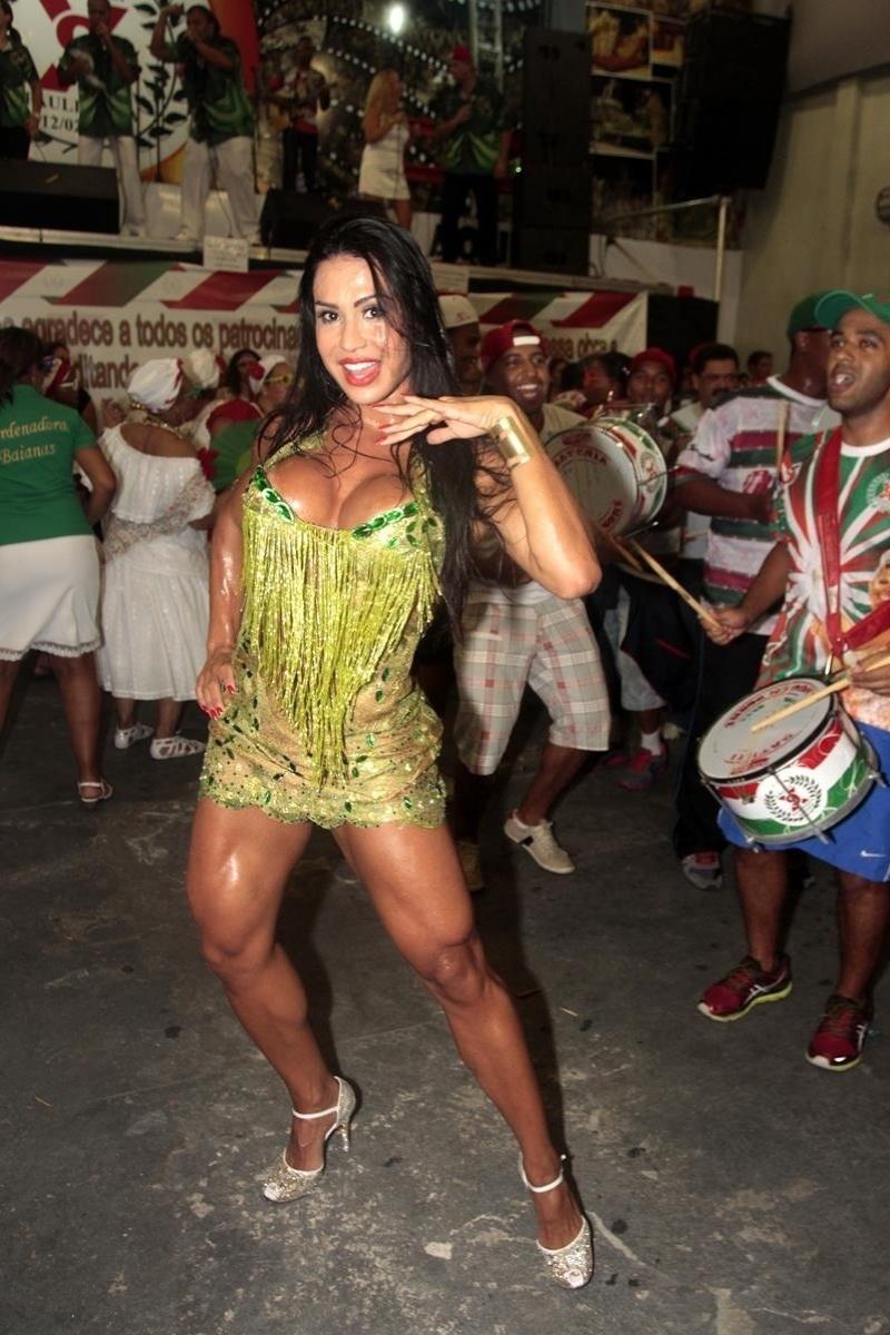 17fev2014---gracyanne-barbosa-exibe-seus-musculos-durante-ensaio-da-x9-paulistana-a-mulher-do-cantor-belo-chamou-atencao-ao-dancar-no-ensaio-na-quadra-da-escola-de-samba-na-madrugada-desta-1392612344395_800x1200.jpg