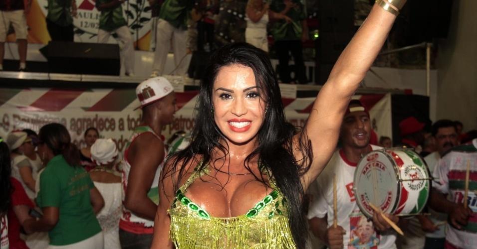 17.fev.2014 - Gracyanne Barbosa exibe seus músculos durante ensaio da X9-Paulistana. A mulher do cantor Belo chamou atenção ao dançar no ensaio na quadra da escola de samba, na madrugada desta segunda-feira (17), em São Paulo. Gracyanne é rainha de bateria da agremiação