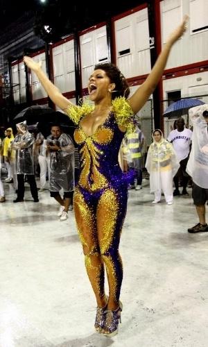 17.fev.2014 - Juliana Alves samba debaixo de chuva no Rio. A atriz. que é rainha de bateria da Unidos da Tijuca, animou o ensaio técnico da agremiação realizado na noite deste domingo (16), na Marquês de Sapucaí