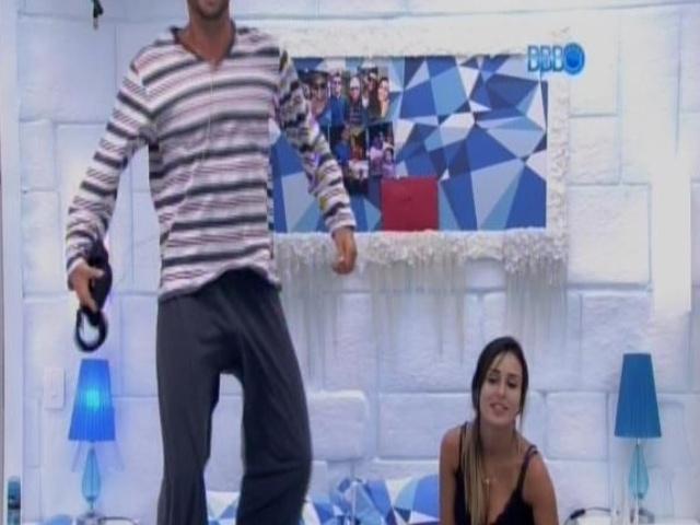 17.fev.2014 - Marcelo pula na cama sem cueca para fazer graça