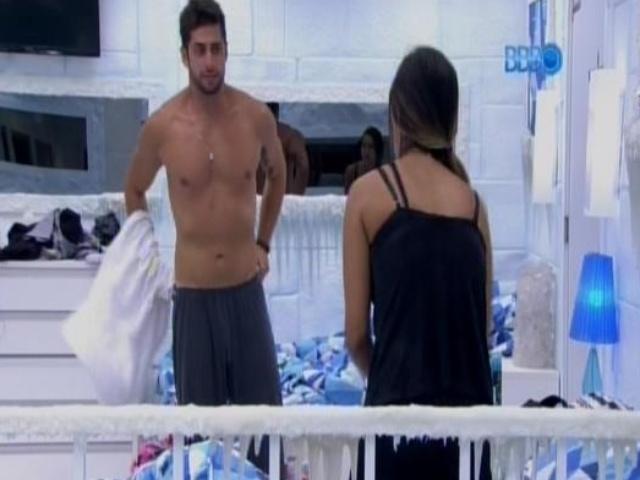 17.fev.2014 - Marcelo troca de camisa para dormir