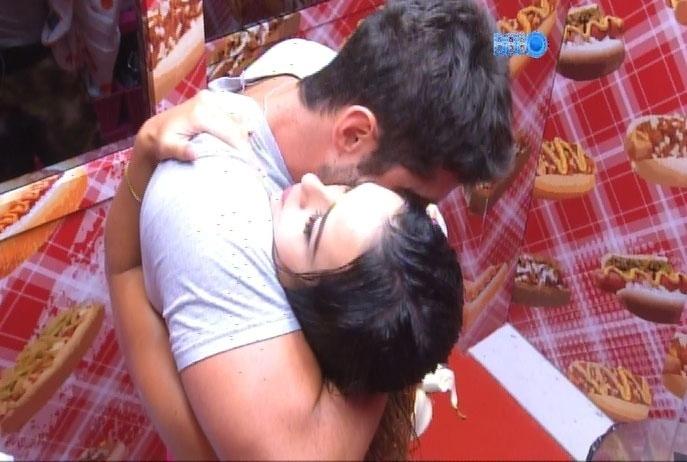 17.fev.2014 - Na despensa, Letícia e Marcelo trocam carinhos; o brother tentou lhe roubar um beijo