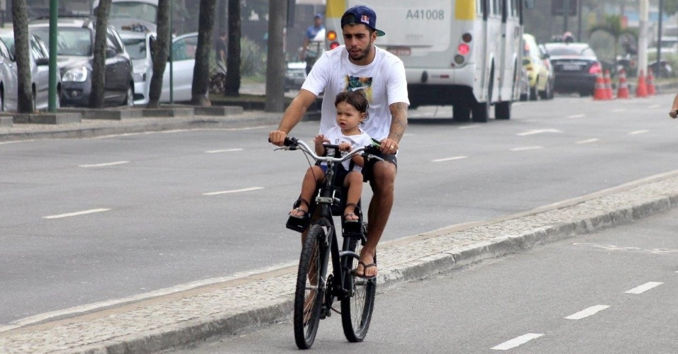 17.fev.2014 - Pedro Scooby passeia de bicicleta com Dom na orla do Leblon