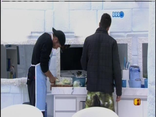 17.fev.2014 - Roni e Marcelo cozinham na Sibéria e cantarolam