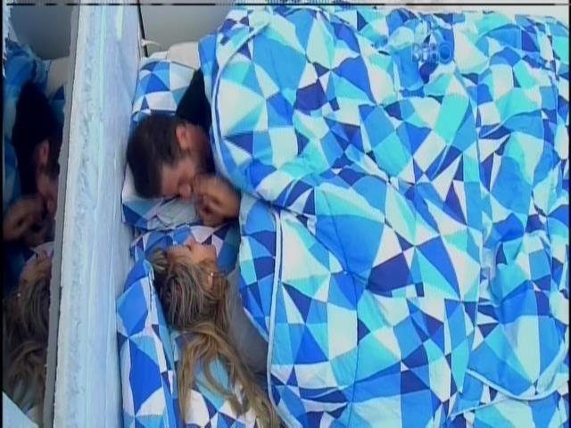 17.fev.2014 - Roni tapa o nariz e se recusa a beijar Tatiele:
