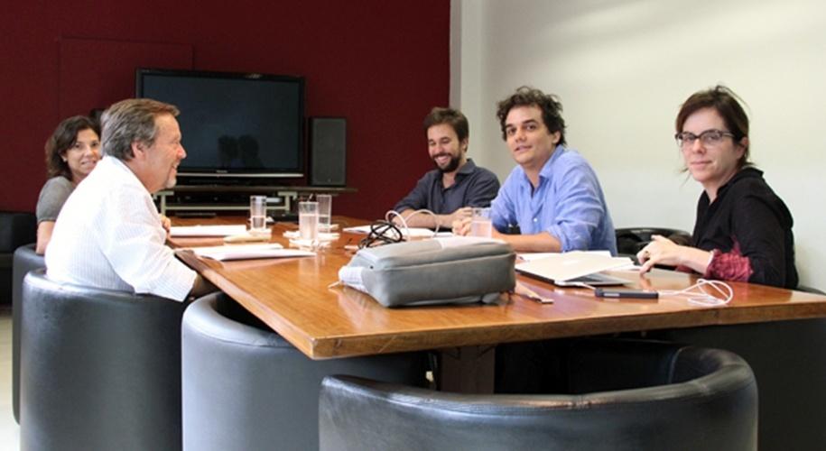 17.fev.2014 - Wagner Moura participa de reunião na produtora O2 com o cineasta Fernando Meirelles (esq.), as produtoras Andrea Barata Ribeiro (esq.) e Bel Berlinck (dir.) e o roteirista Felipe Braga. O tema da reunião foi o longa metragem