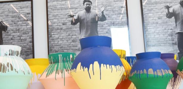 """A obra """"Vasos Coloridos"""", do artista chinês Ai Weiwei, é exposta no Perez Art Museum Miami, na Flórida. Os 16 vasos, fabricados na China durante a dinastia Han, há mais de 2 mil anos, foram pintados em cores brilhantes pelo artista. Um homem foi preso sob a acusação de ter quebrado um dos vasos, avaliado em um milhão de dólares - Zachary Fagenson/Reuters"""