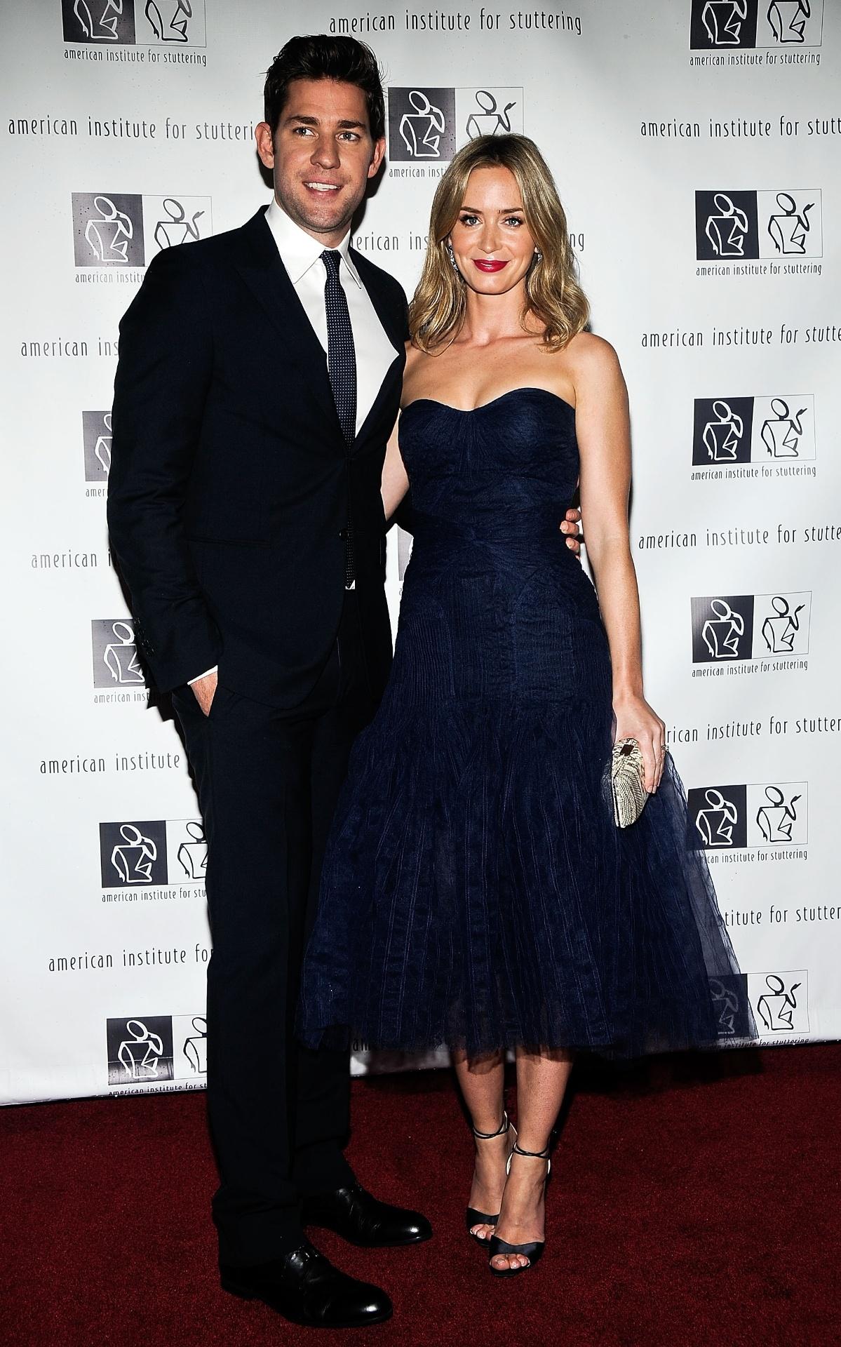 3.jun.2013 - John Krasinski e Emily Blunt no 7º baile beneficente