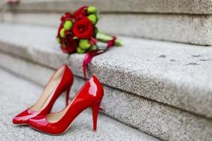322fd25d9 As noivas mais ousadas podem apostar em sapatos e buquê vermelhos. As cores  fortes também são indicadas para noivas moderninhas e garantem um ar sexy e  ...
