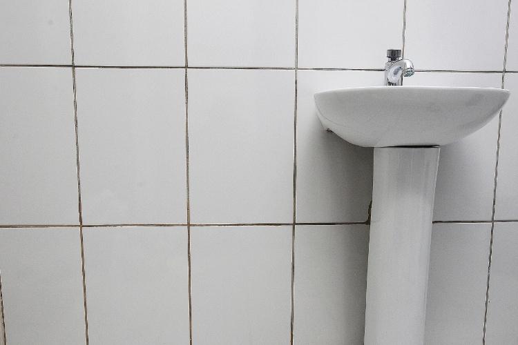 Aprenda a eliminar a sujeira acumulada dos rejuntes do for Azulejos para paredes