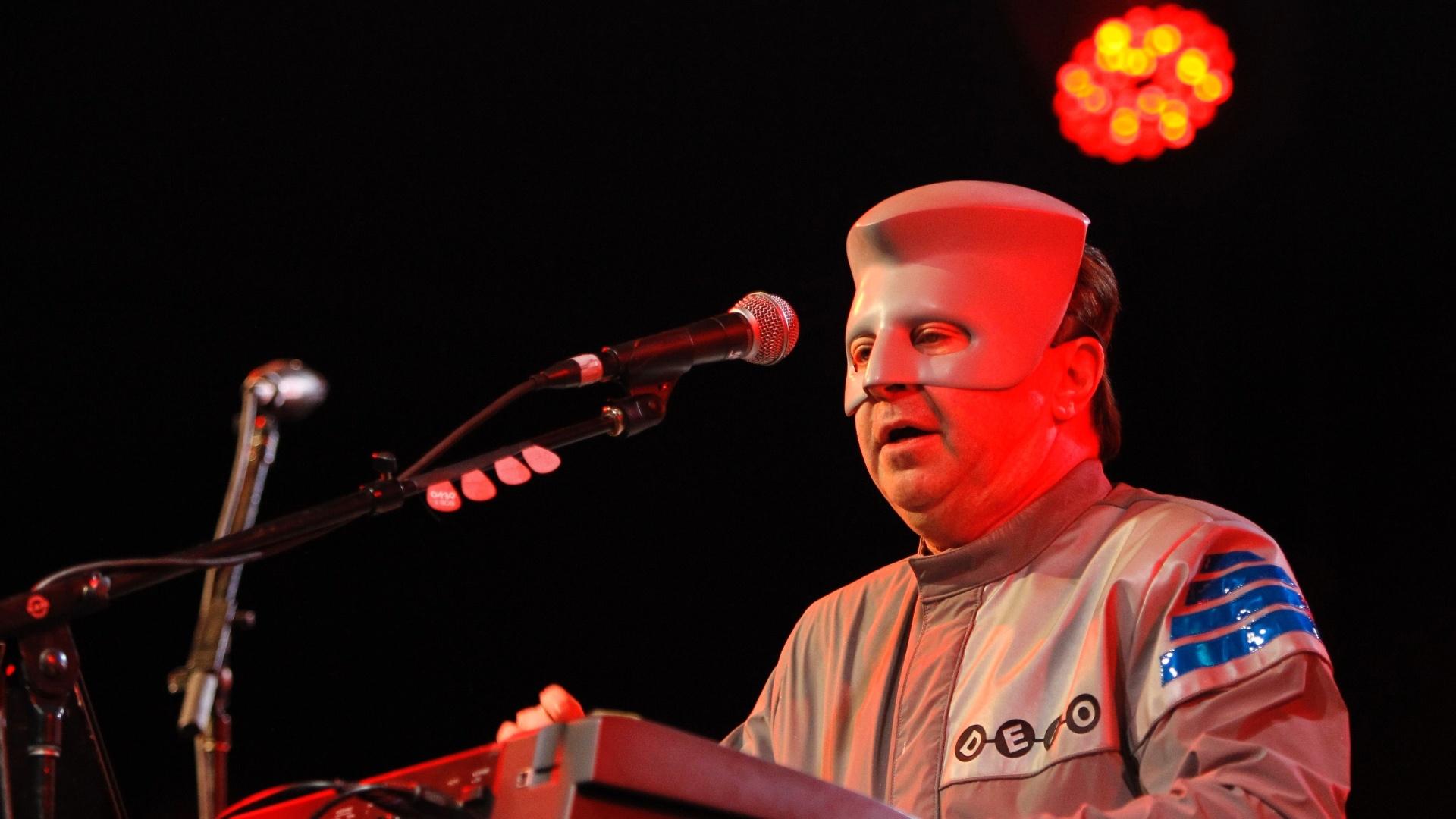 17.abr.2010 - Bob Casale, do Devo, faz show no festival Coachella, na cidade de Indio, na Califórnia