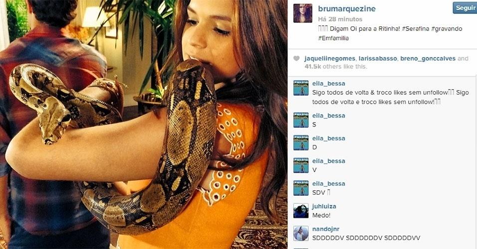 """18.fev.2014 - Bruna Marquezine posta foto segurando uma cobra. """"Digam Oi para a Ritinha # Serafina # gravando # Emfamilia"""", escreveu."""