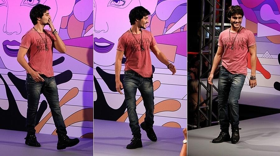 """18.fev.2014 - Guilherme Leicam, o Larte de """"Em Família"""", desfila em evento de moda em São Paulo"""