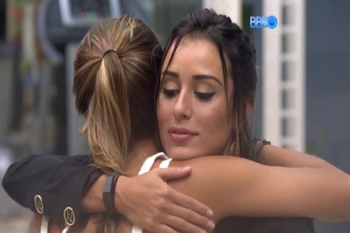 18.fev.2014 - Letícia pede abraço a Angela e a advogada avisa: